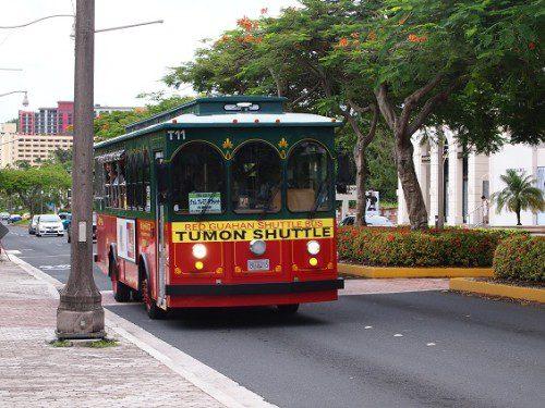 赤いシャトルバスグアム